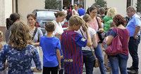 Kinder stürmen Rathaus, um Ferienspaß zu buchen