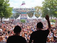 Tausende Partyfans feiern beim Sea-You-Festival am Tunisee