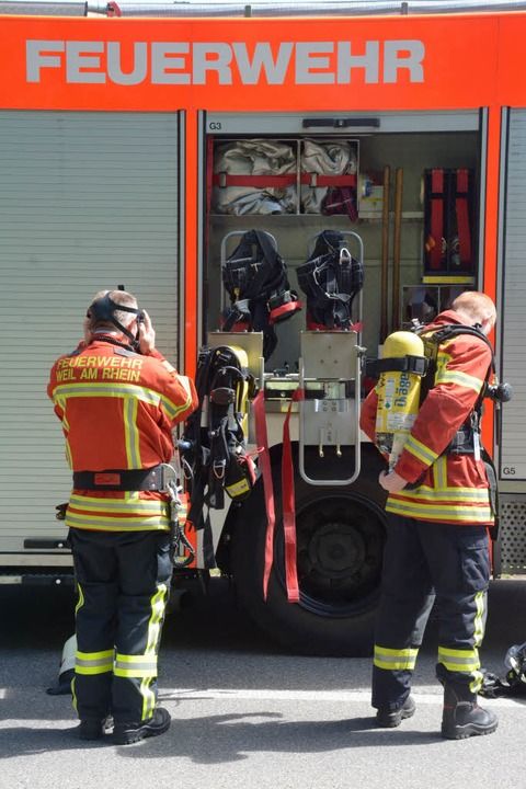 Die Feuerwehr in Weil am Rhein bekämpft einen Brand bei Remondis.    Foto: Hannes Lauber