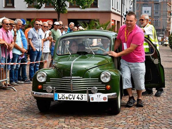Wer sein Auto liebt der schiebt: Martin Winzer mit seinem Renault 4 CV, Baujahr 1953.