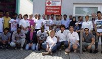 Die Helfer tragen jetzt das rote Kreuz
