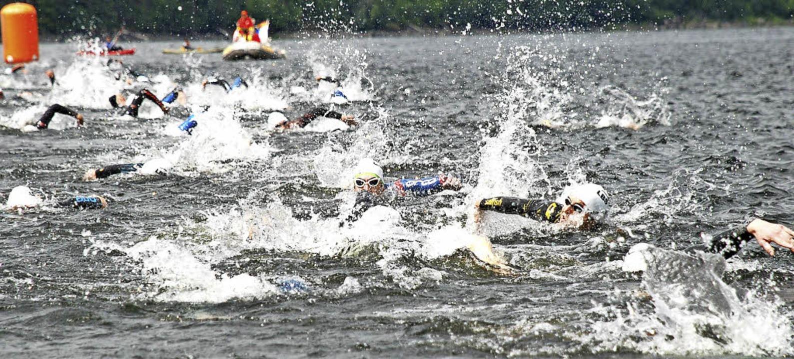 Schwimmen und orientieren lauten die A...ngen in der ersten Triathlondisziplin.  | Foto: Ruoff