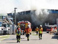 Feuerwehr löscht Brand im Lager von Remondis