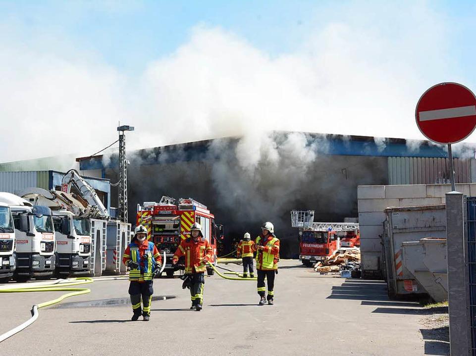 Dichter Rauch dringt aus der Lagerhall...r ein Müllhaufen in Brand geraten ist.  | Foto: Hannes Lauber