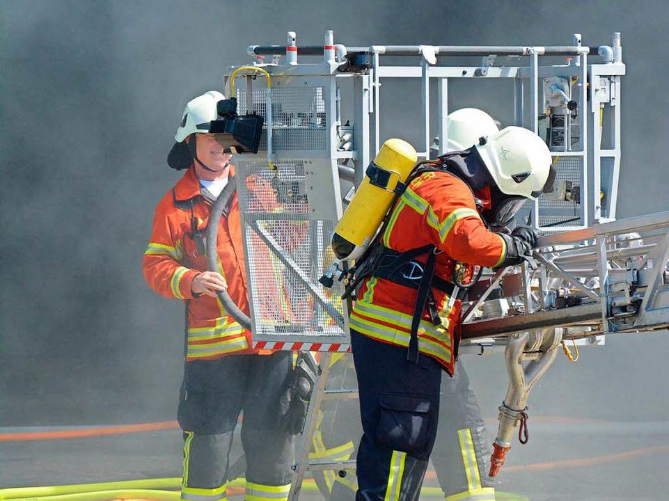 Ein Atemschutzträger bereitet sich auf seinen Einsatz vor.  | Foto: Hannes Lauber
