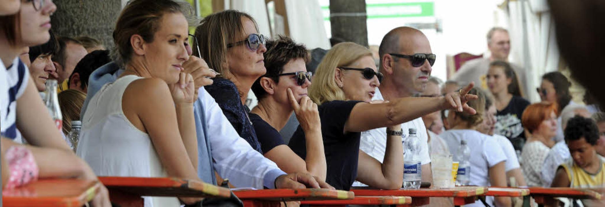 Fachkundiges Publikum auf der Fohlenweide   | Foto:  Pressebüro Schaller