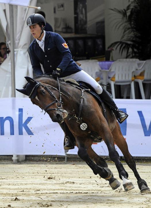 Moritz Schmiederer vom RV Lahr legt si...-Springen im Wettbewerb der Junioren.   | Foto: Fotos: Pressebüro SchalleR