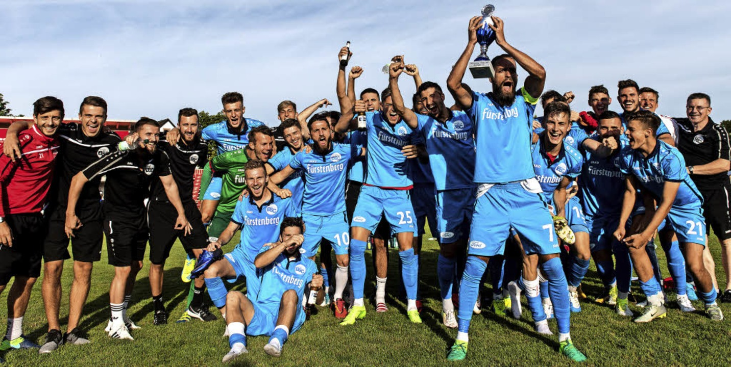Ausgelassene Freude beim Bahlinger SC,... Häringer den Cup in die Höhe stemmt.   | Foto: Patrick Seeger