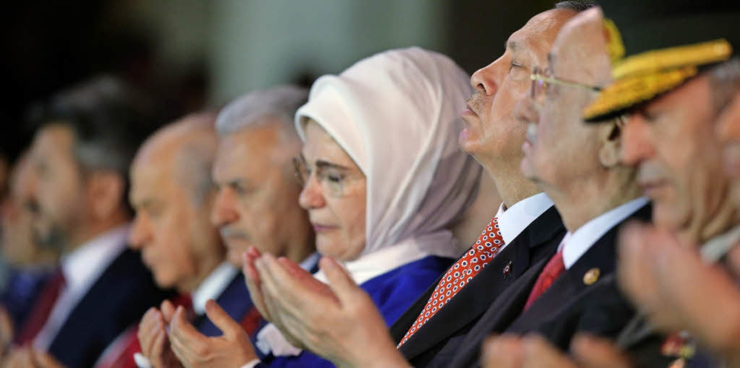 Gedenken an die Opfer des Putsches: Pr...tter von rechts) und seine Frau Emine   | Foto: DPA