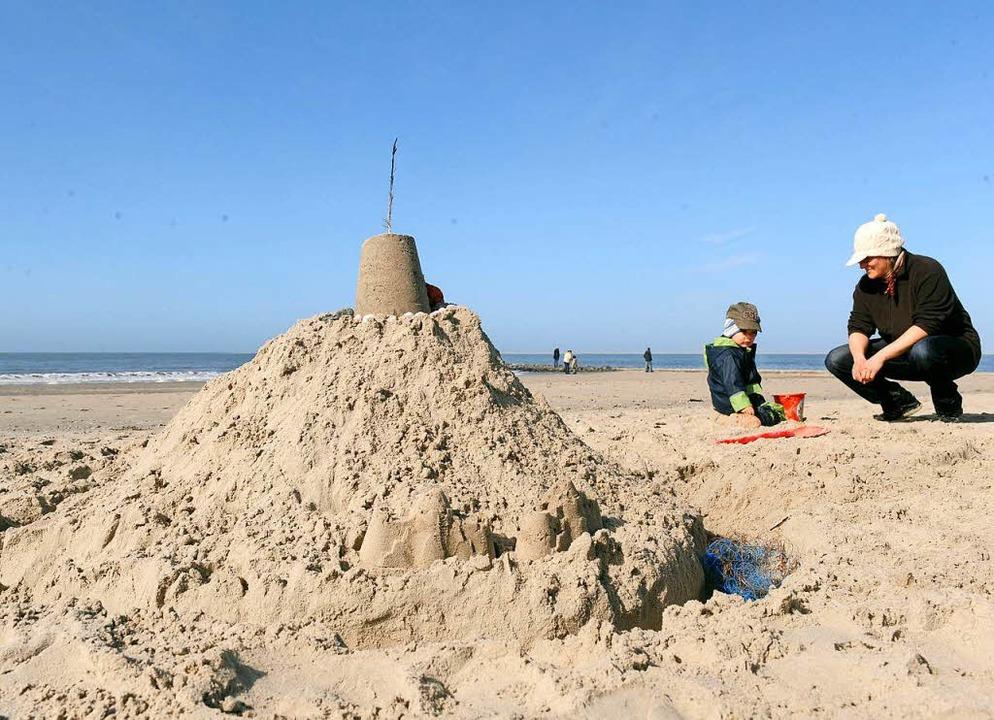 Die Sandelsachen sollte man am Strand von Teneriffa lieber im Auto lassen.  | Foto: dpa