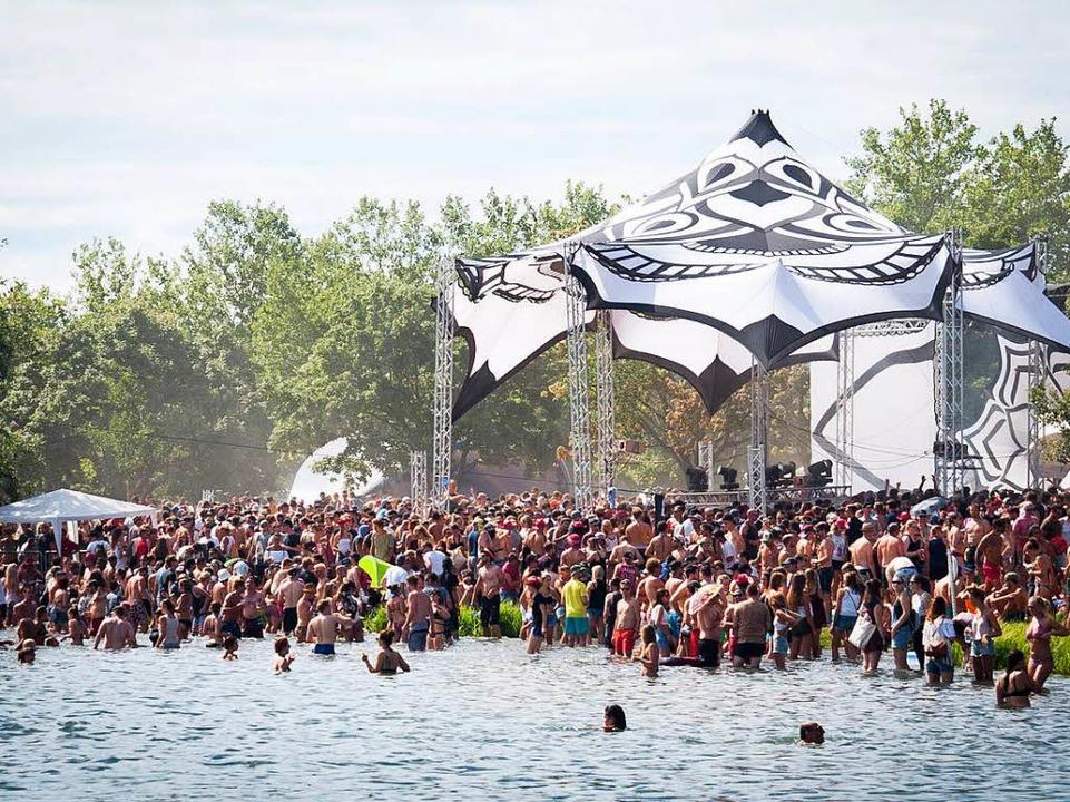 Die Besucherinnen und Besucher feierten in und am See.    Foto: Jan Lienemann