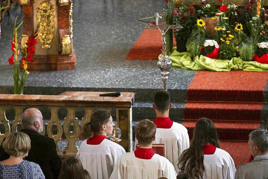 """Firmung mit dem Motto """"Feuer in mir"""" in der Kirche St. Stephan  in Oberwinden durch Firmspender Monsignore  Bernd Kaut. (Foto: Fleig)"""