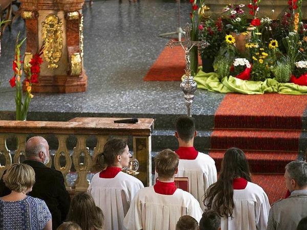 """Firmung mit dem Motto """"Feuer in mir"""" in der Kirche St. Stephan  in Oberwinden durch Firmspender Monsignore  Bernd Kaut."""