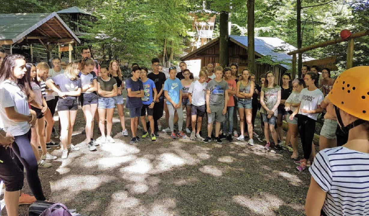 Schülerinnen und Schüler der  Austauschgruppe im Kletterwald Bombach.  | Foto: Presse AG Gymnasium Kenzingen