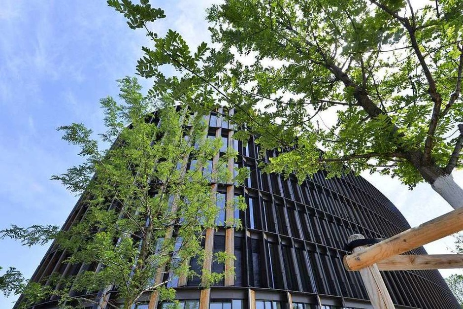 Die charakteristische Fassade besteht aus Elementen aus Holz und Solarzellen. (Foto: Michael Bamberger)