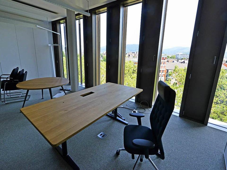 Das neue Büro von Baubürgermeister Mar...lick auf Herz-Jesu-Kirche und Münster.  | Foto: Michael Bamberger