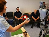 Weltpremiere im Zollamt: Offenburger Roboter übergibt Ausfuhrpapiere selbst