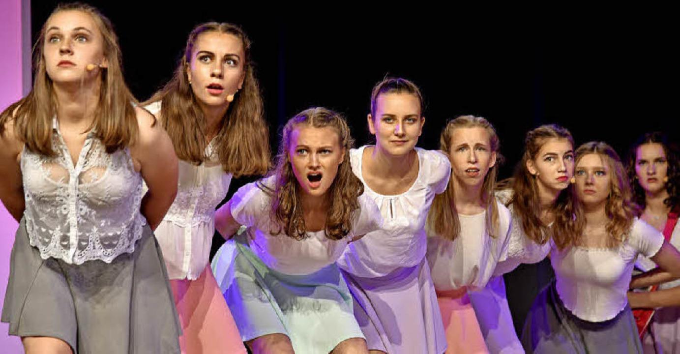 Was ist denn da? Ausdrucksstarkes Spiel der Schauspielerinnen  | Foto: Martin Eckert