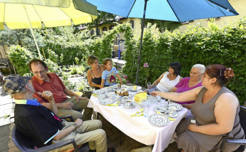 Kaffeeklatsch im Vorgarten mit (von li...Ziemlich eng bleibt's trotzdem.   | Foto: Ingo Schneider