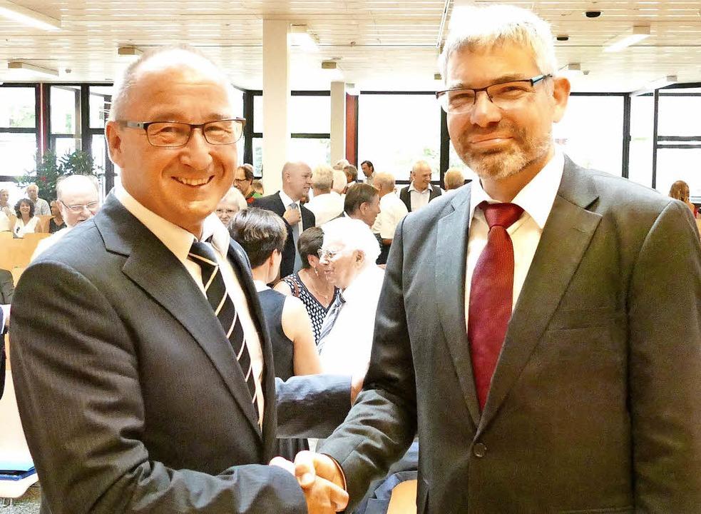 Viele gute Wünsche gab Manfred Stratz seinem Nachfolger Frank Schührer mit.  | Foto: Ralf H. Dorweiler