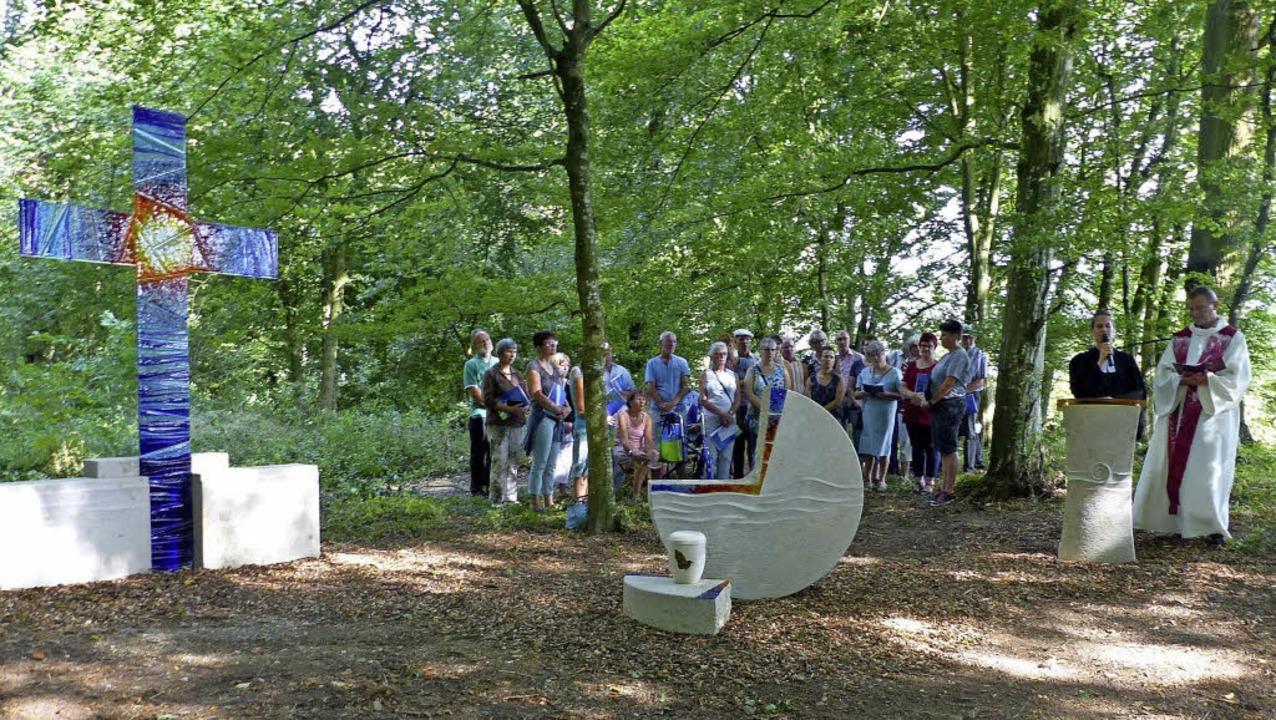 Die Weihe des neuen Bestattungswaldes ...nd Pfarrerin Anna Manon Schimmel vor.   | Foto: Dieter Fink