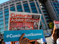 Prozess gegen Cumhuriyet-Mitarbeiter hat begonnen