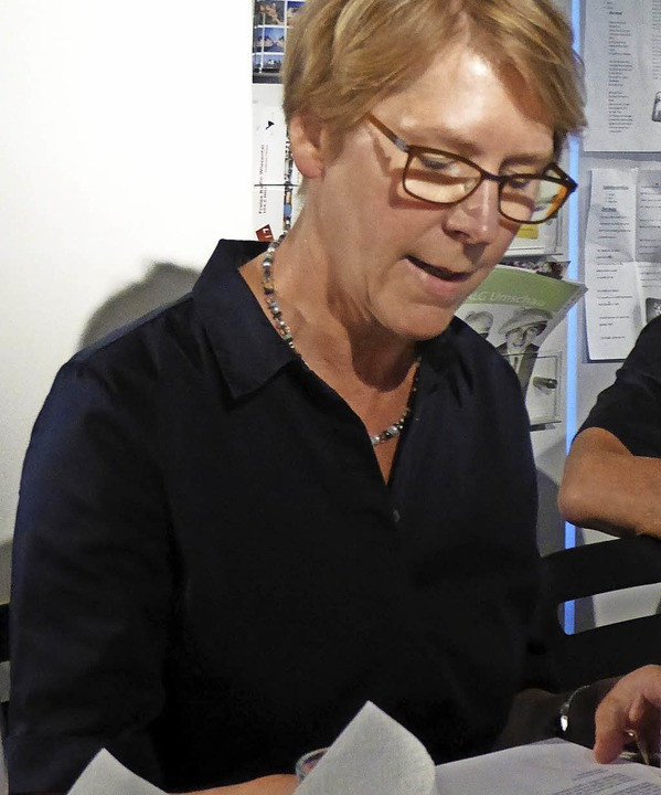 Beate Ruf alias Renate las im Hebelhaus im Freiburger Dialekt vor.   | Foto: ZVG