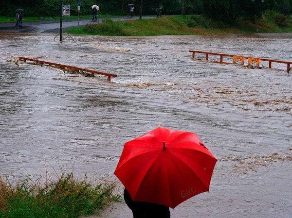 Nach starken Regenfällen kämpft die Feuerwehr in Niedersachsen weiter gegen drohende Überschwemmungen.