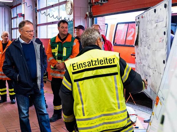 """""""Die Türen einer Notunterkunft stehen offen"""", betonte der Sprecher in Hildesheim. Bisher hätten sich 13 Menschen von selbst in die Unterkunft begeben und würden dort mit dem Nötigsten versorgt. Der Ministerpräsident von Niedersachsen, Stephan Weil (SPD, l) informierte sich in Eldagsen über die Lage."""