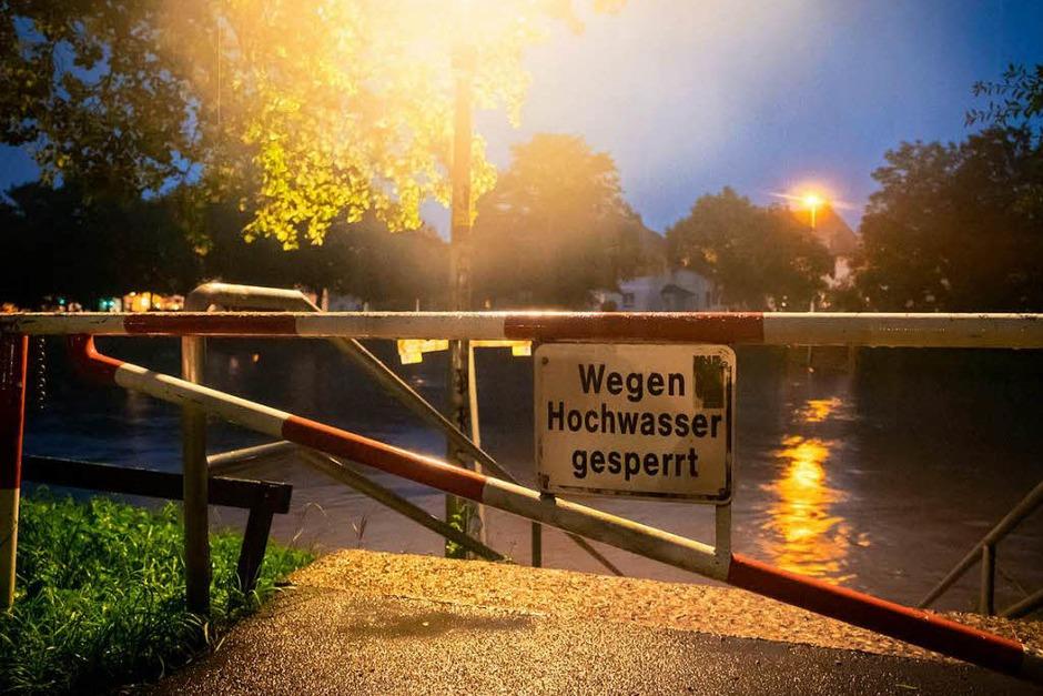 """""""Die Innerste hat in der Nacht am Pegel Heinde einen Rekord erreicht"""", sagte ein Sprecher der Stadt am Mittwoch. Beim Hochwasser 2007 stand das Wasser bei 675 Zentimeter, in der Nacht zum Mittwoch erreichte es die Marke von 694 Zentimeter. Eine unmittelbare Gefahr für die Menschen bestehe jedoch nicht. (Foto: dpa)"""
