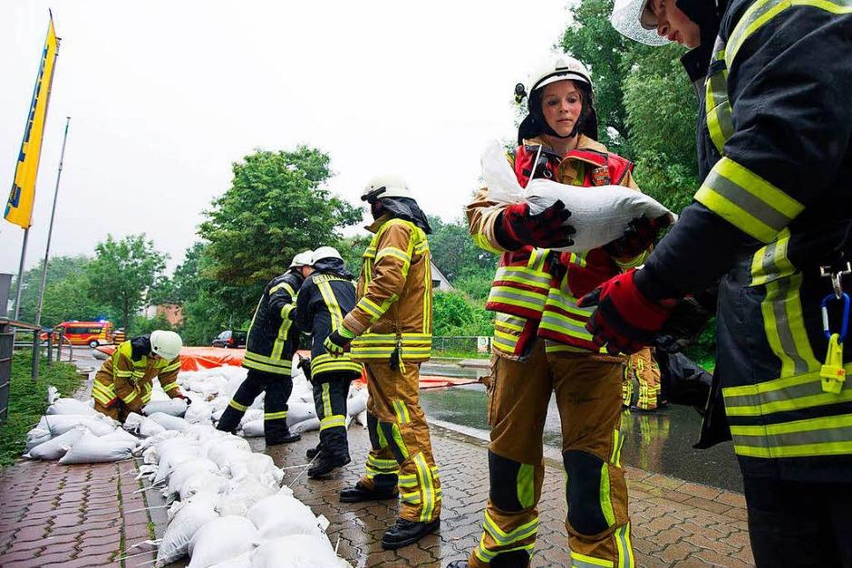 Die Feuerwehr habe alles im Griff – auch Dank Sandsäcken. (Foto: dpa)