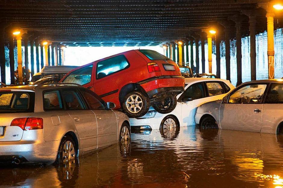 Ebenfalls betroffen ist Berlin: Nach starken Regenfällen sind parkende Autos am  im Gleimtunnel ineinander und übereinander geschoben worden. (Foto: dpa)