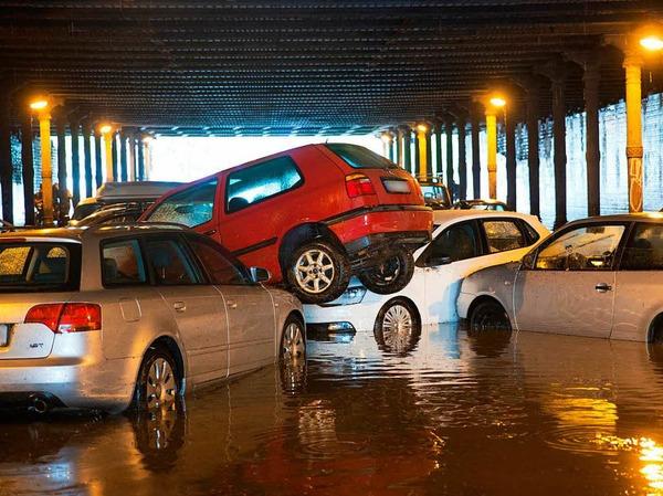 Ebenfalls betroffen ist Berlin: Nach starken Regenfällen sind parkende Autos am  im Gleimtunnel ineinander und übereinander geschoben worden.