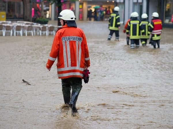 """Nach Angaben des Kreisfeuerwehrverbands Goslar waren in Rhüden, einem Ortsteil der Gemeinde Seesen, rund 200 Wohnungen oder Häuser von Hochwasser betroffen. Dort flössen """"Wassermassen"""" durch den Ort und überschwemmten die Straßen"""