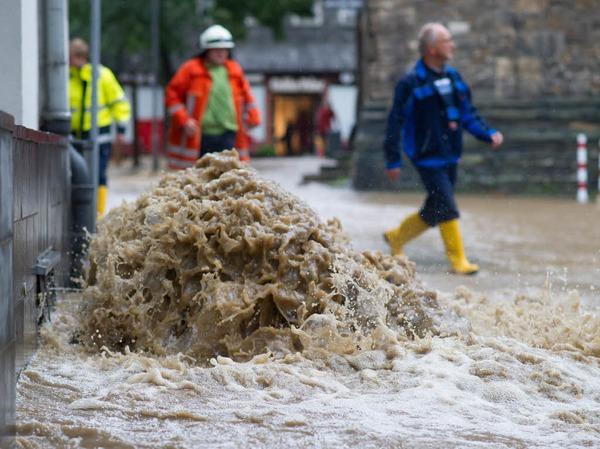 Der Deutsche Wetterdienst (DWD) warnte für den weiteren Tagesverlauf vor weiteren teils sehr ergiebigen Niederschlägen in der Mitte und im Osten.