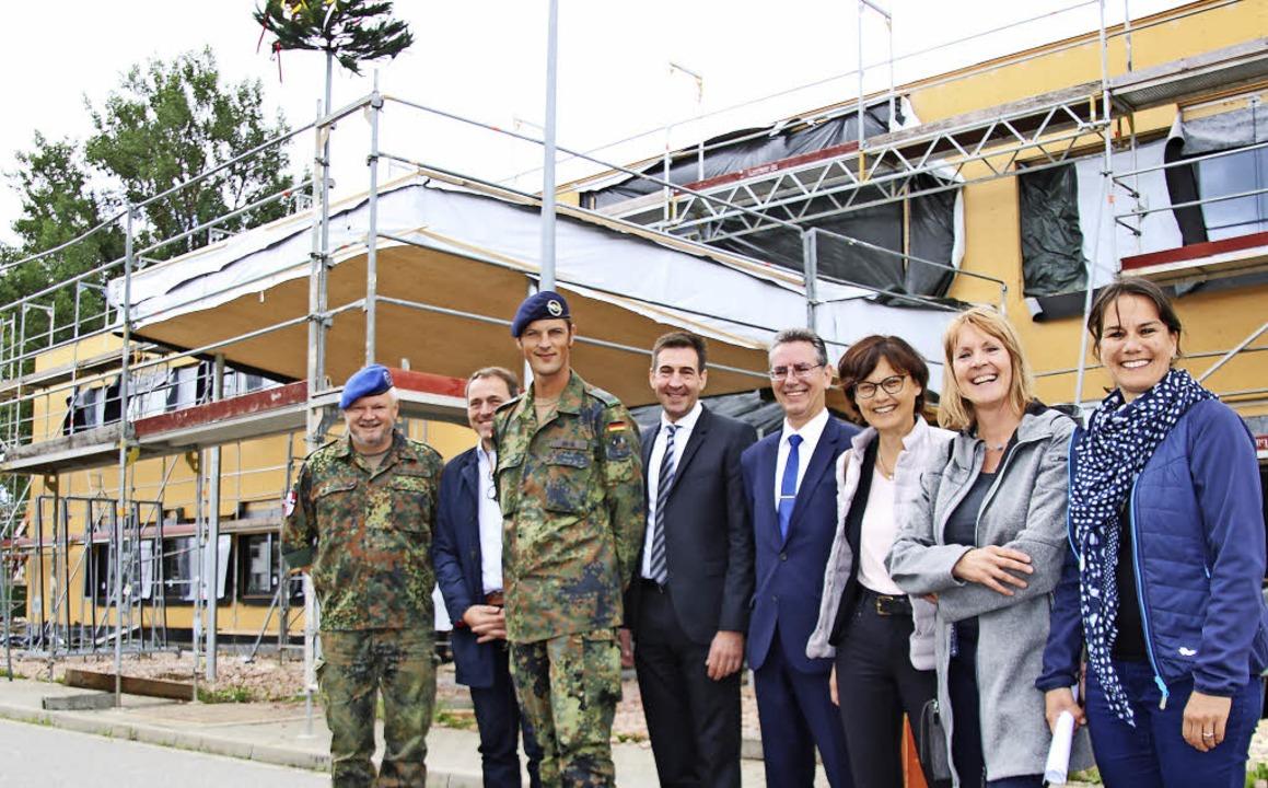 Vor dem Rohbau des neuen Sanitätsverso...e Ortmann vom Staatlichen Hochbauamt.   | Foto: Holger Niederberger