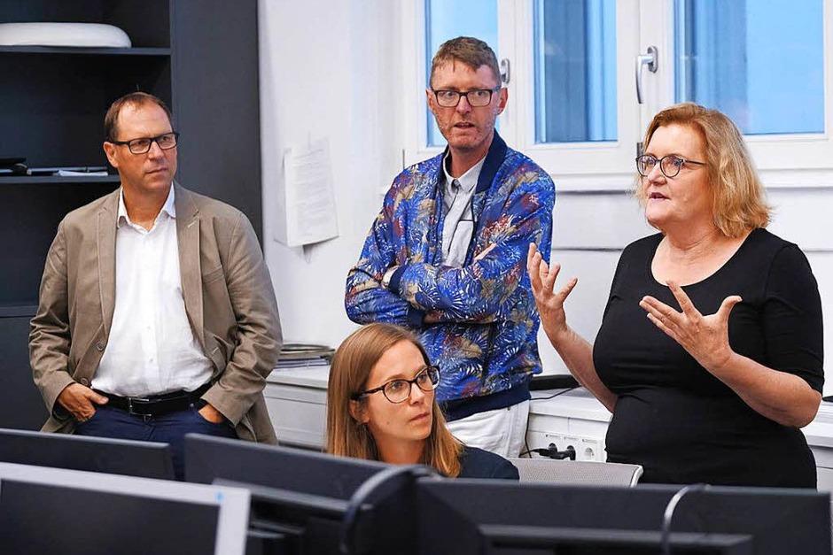 Simone Lutz (r.), stellvertretende Leiterin der Lokalredaktion, erklärt, wie die Redaktion die Zeitung produziert. (Foto: Miroslav Dakov)