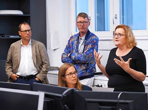 Simone Lutz (r.), stellvertretende Leiterin der Lokalredaktion, erklärt, wie die Redaktion die Zeitung produziert.