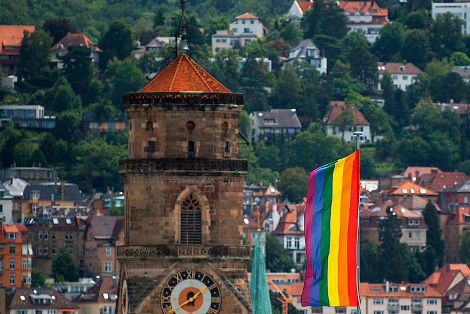Eine Regenbogenflagge weht auf dem Dach eines Stuttgarter Gebäudes. (Foto: dpa)