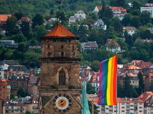 Eine Regenbogenflagge weht auf dem Dach eines Stuttgarter Gebäudes.