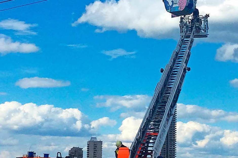 Die Kölner Feuerwehr startete eine spektakuläre und in dem Ausmaß für sie noch nicht dagewesene Rettungsaktion. (Foto: dpa)