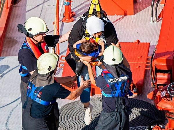 Ein Mann wurde vor Ort wegen Kreislaufproblemen behandelt, wie die Feuerwehr mitteilte. Verletzte habe es nach Angaben der Kölner Verkehrs-Betriebe nicht gegeben.
