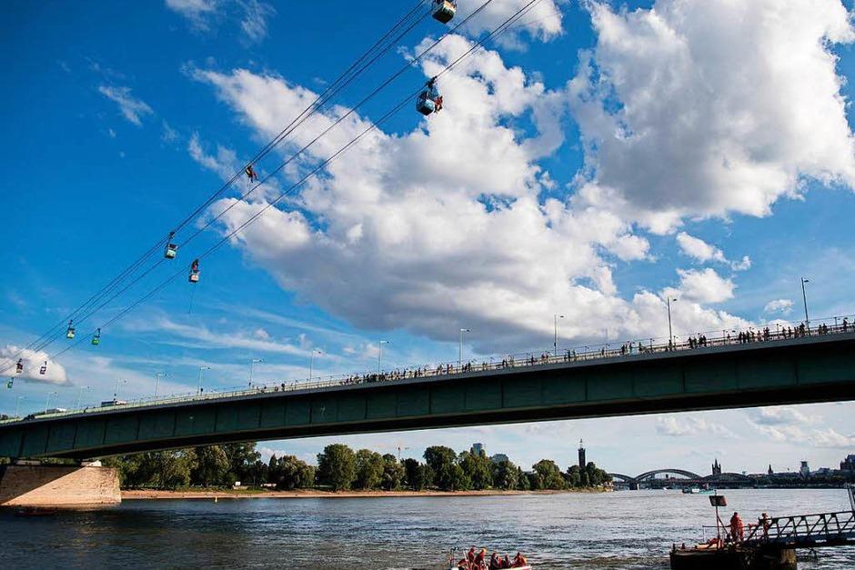 Während der fünfstündigen Rettungsarbeiten am Sonntag musste nach Informationen der KVB außerdem die Schifffahrt auf dem Rhein unterbrochen werden. Die Zahl der betroffenen Schiffe war zunächst nicht bekannt. (Foto: dpa)