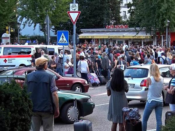 Hunderte saßen nach einem Oberleitungsschaden in Offenburg am Bahnhof fest.