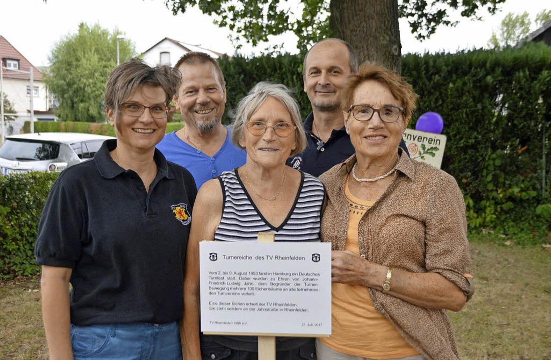 Ina Heidemann, Rüdiger Dathe, Gudrun L... dem neuen Schild für die Jahn-Eiche.   | Foto: Gollin