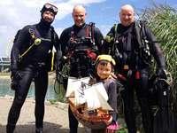Taucher bergen Piratenschiff aus dem Flückigersee – und machen einen Vierjährigen überglücklich