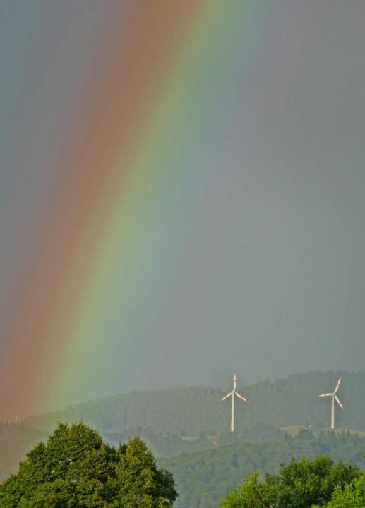 Windräder unterm Regenbogen: Wem bringt es Glück?  | Foto: H.-P. Müller