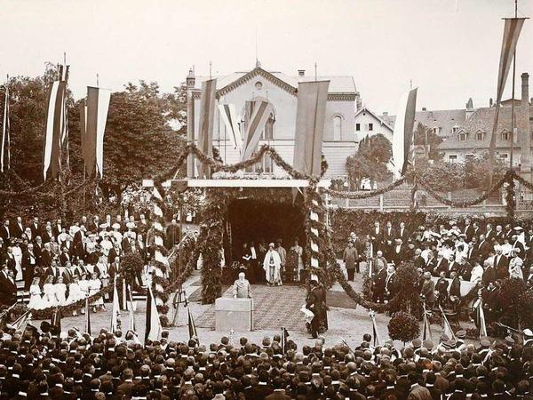 1906: Festliches Gepränge - Großherzog Friedrich I. legt den Grundstein zum Kollegiengebäude I; im Hintergrund die Synagoge.