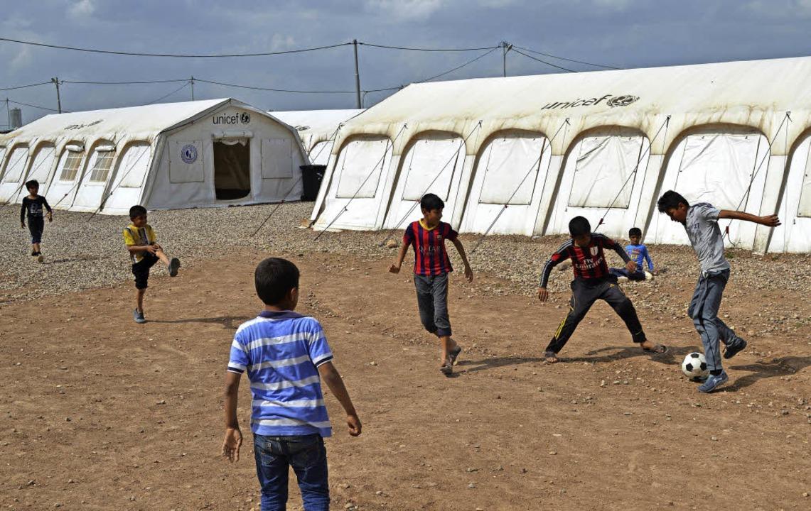 In zwei Flüchtlingslagern nahe Mossul ...olungsorte für geflüchtete Kinder ein.    Foto: Privat