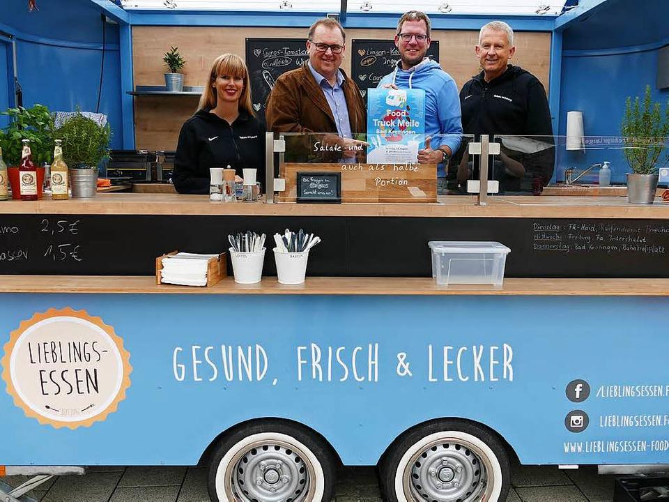 Die Verantwortlichen von Gewerbeverban... erste Bad Krozinger Food Truck Meile.    Foto: Hans-Peter Müller